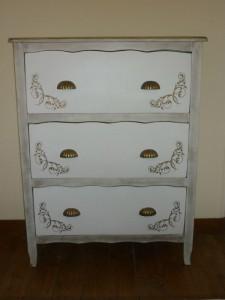 Peindre au pochoir sur un meuble relooker un meuble for Peinture sur meuble